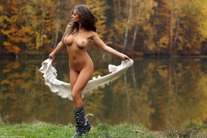 Красивая сексуальная девушка в одних резиновых сапогах и в шали