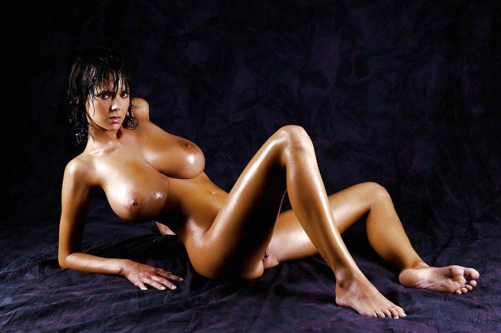Мокрая девушка с большими сочными сиськами
