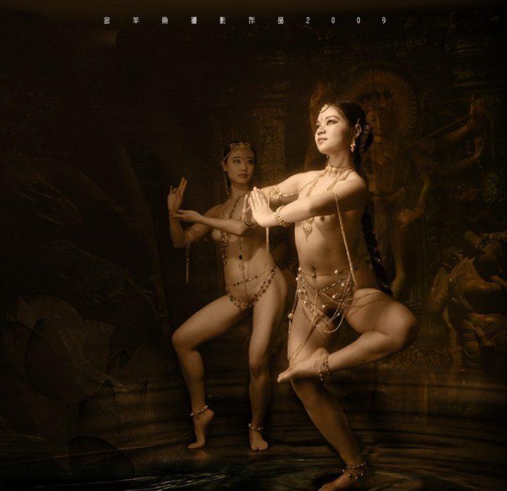Девушки тайки в украшениях на голой тела танцуют эротический танец