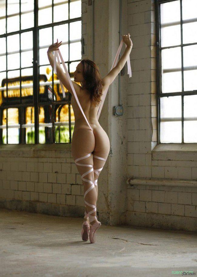 Голая танцовщица стоит на пуантах