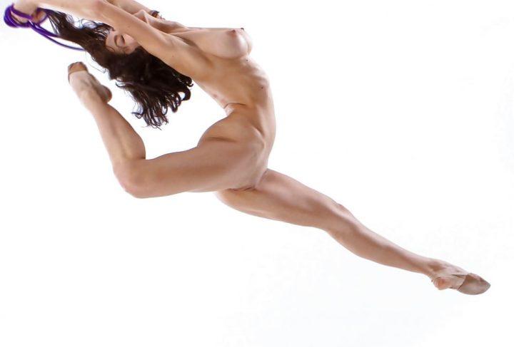 Красивая фигуристая девушка топлес застыла в танцевальном движении