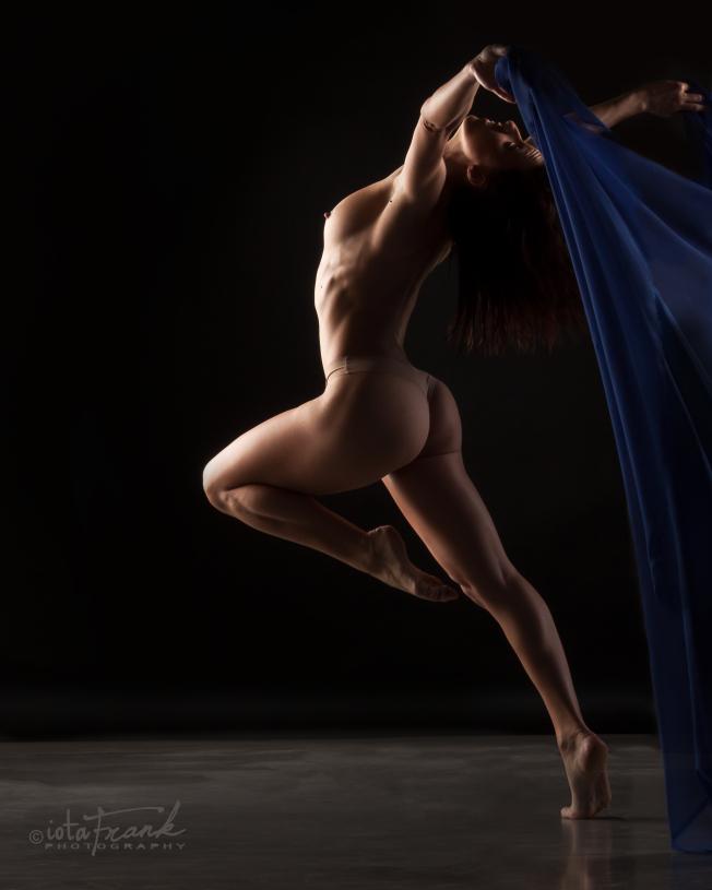 Девушка с красивыми формами голая танцует с синим платком