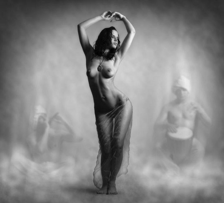 Голая девушка сексуально танцует танец живота