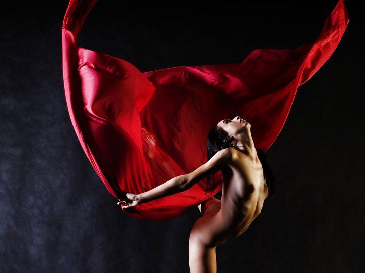 Красотка танцовщица танцует сексуальный танец без одежды