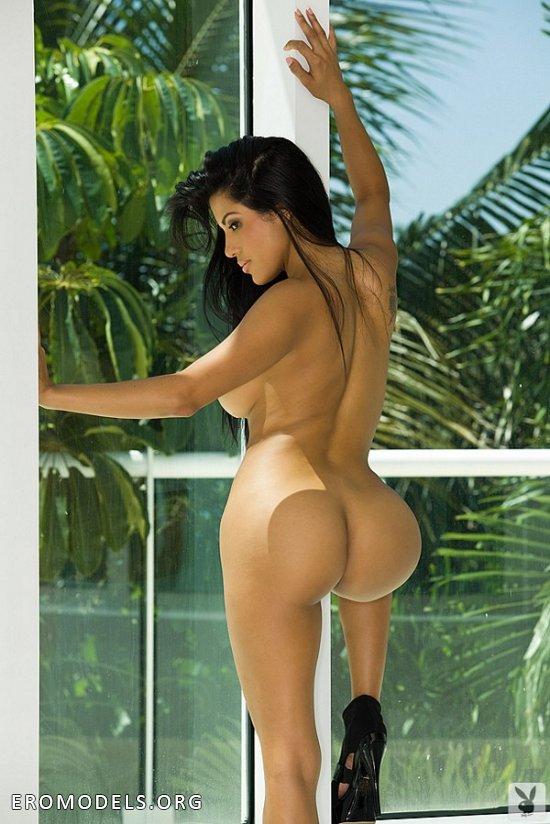 Знойная красотка голая у окна с большими ягодицами