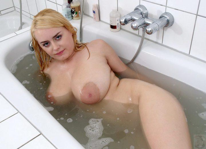 Женщина с крупными формами нежится в ванне