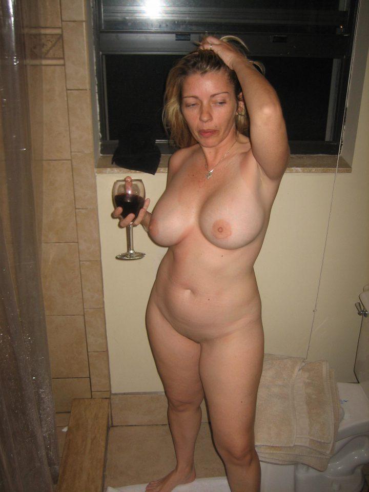 Голая милфа с бокалом вина решила принять душ