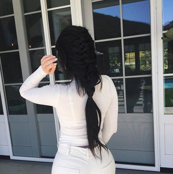 Красотка с черными волосами в белых одеждах с большой попой.