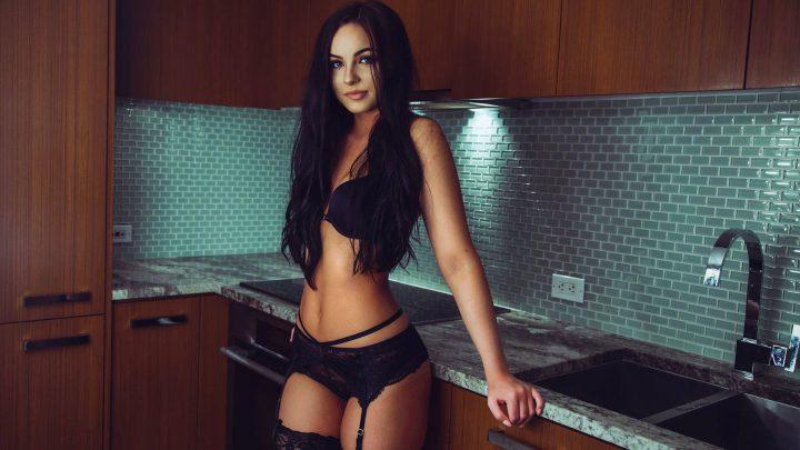 Прекрасная жена в сексуальном белье решила приготовить завтрак любимому мужу.