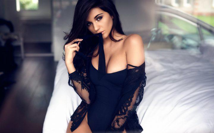 Нежная брюнетка в сексуальном черном белье готова к жаркой ночи.