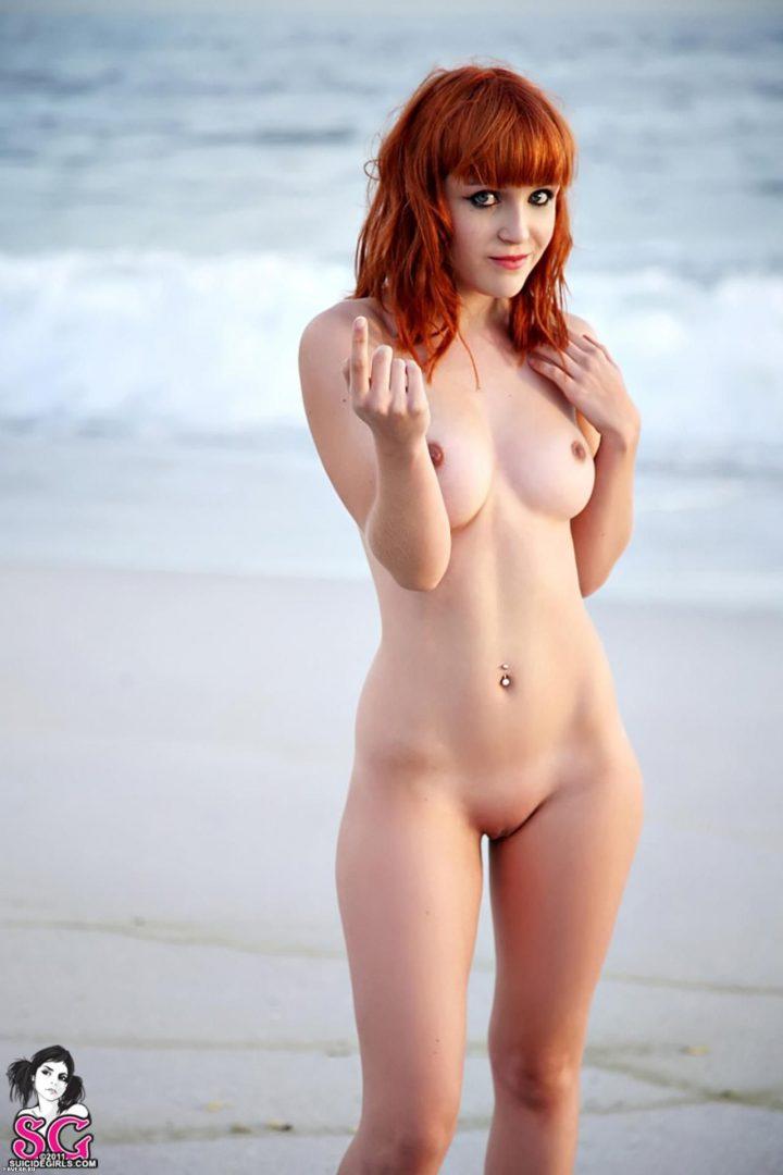 Рыжая красотка голая завет тебя искупаться в море.