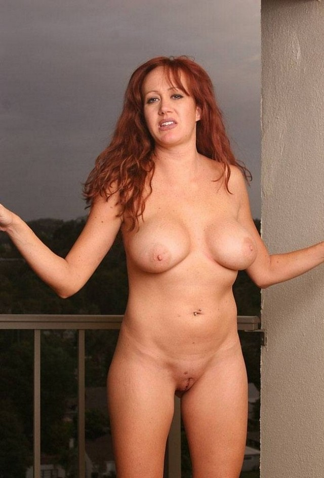Шикарная женщина голая отдыхает на балконе.