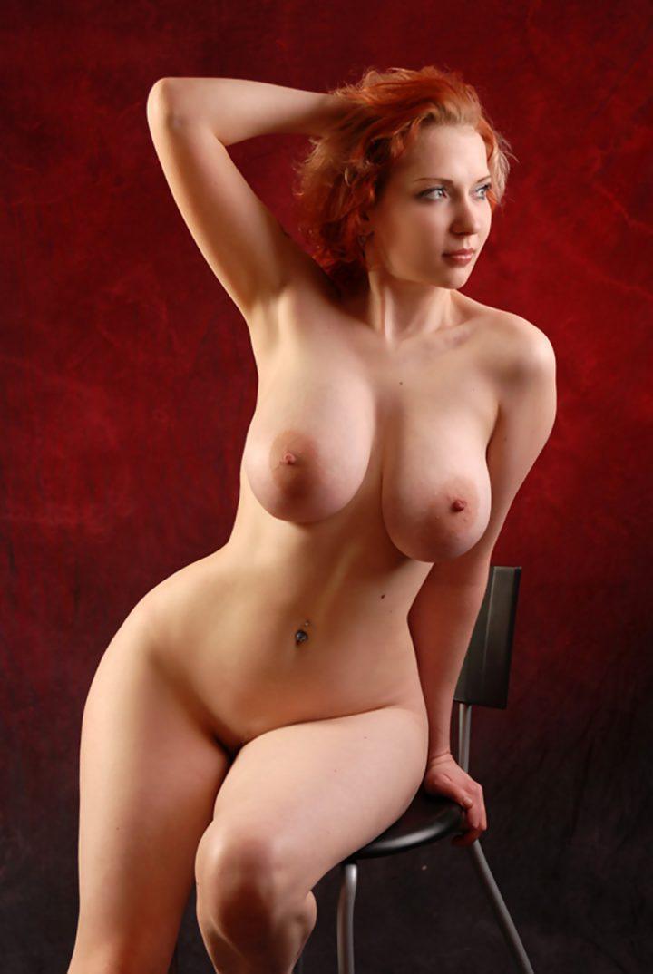 Женщина с красивыми круглыми бедрами и с натуральными большими сиськами.