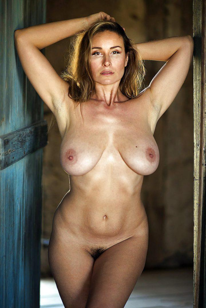 Красивая зрелая женщина с натуральными грудями