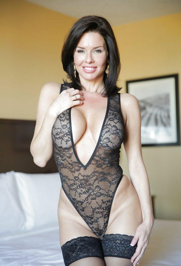 Сексуальная обворожительная женщина с хорошей фигурой в красивом кружевном боди