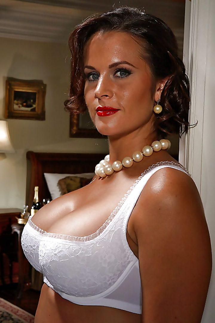 Роковая красивая женщина в белоснежном белье с большими сиськами
