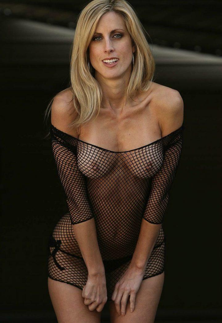 Прекрасная женщина сч тонкой талией и голыми сиськами в одежде из сетки