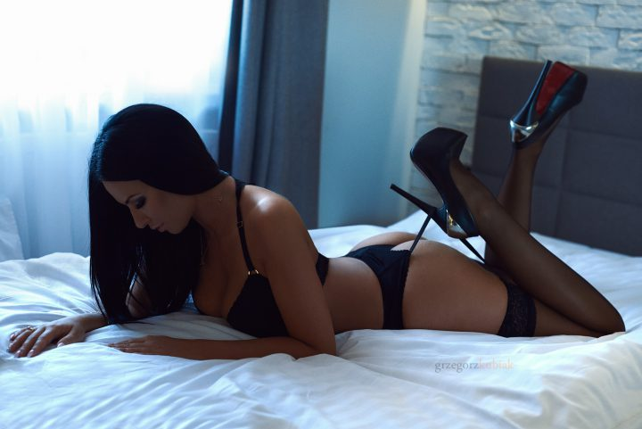Интересная брюнетка в сексуальном белье ив туфлях на огромных шпильках.