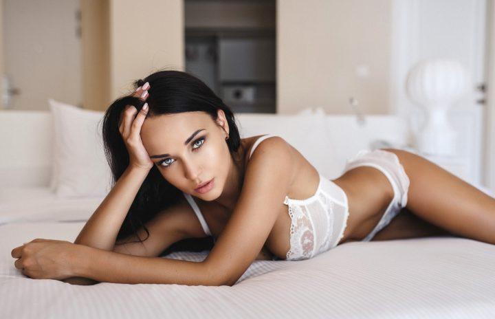 Девушка с красивыми глазами и стройной фигурой в белом белье.