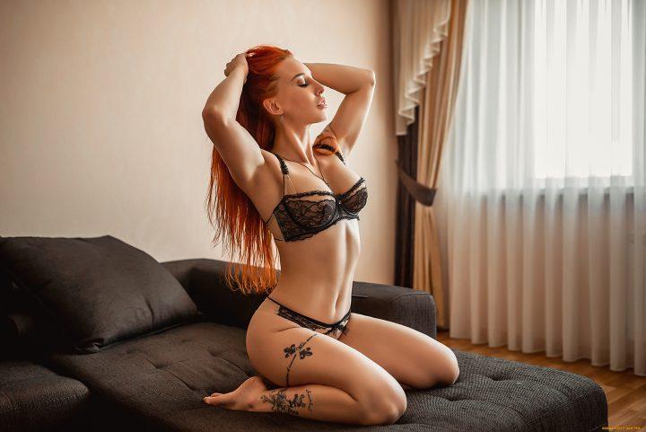 Шикарная девушка в эротическом белье и сексуальной татушкой на ноге.