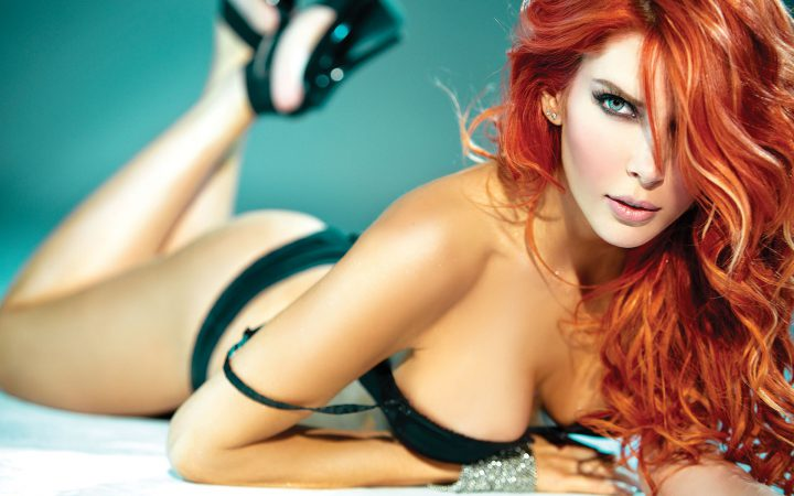 Магическая девушка с копной рыжих волос в черном белье.