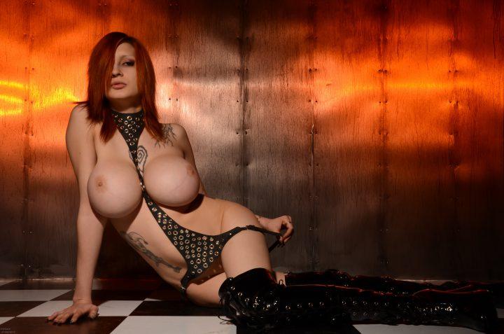 Смелая девушка голая с татушками и большими сиськами.