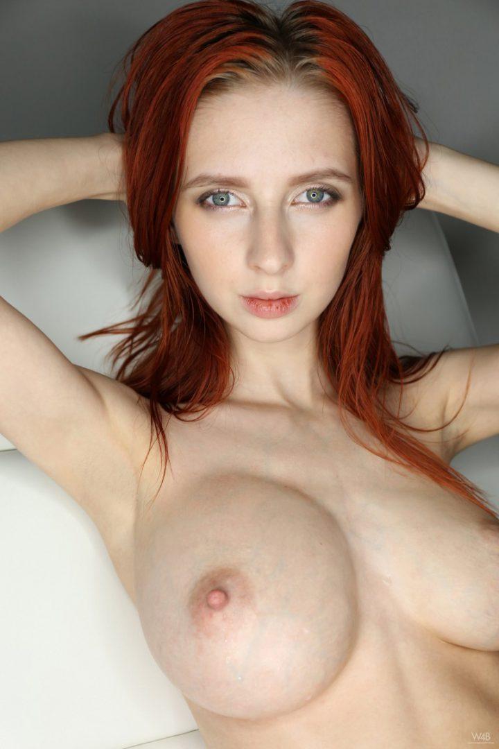 Рыжая красотка с покусанными губами  и с круглыми большими сиськами.