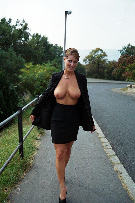 Сексуальная красотка в деловом костюме в расстегнутом пиджаке с голыми сиськами