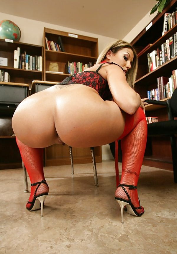 Развратная зрелая женщина в красных чулках сексуально фоткает свою жопу