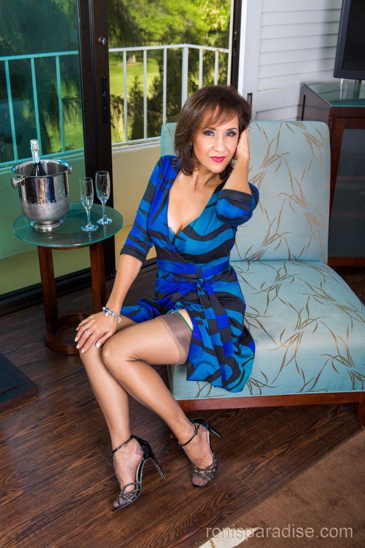Шикарная женщина за 40 в красивом платье оголила ногу.