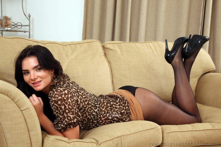 Красотка лежит на диване попой к верху задрав свое леопардовое платье.