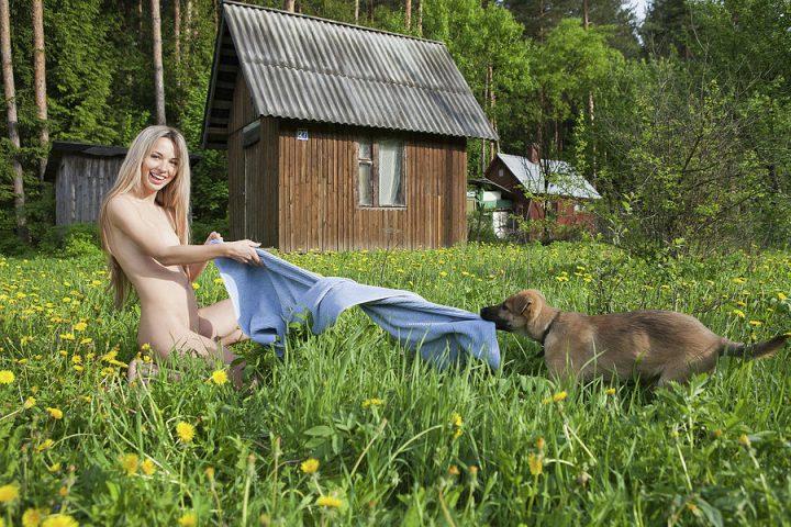 Щенок стащил у девушки халат, оставив ее голой.