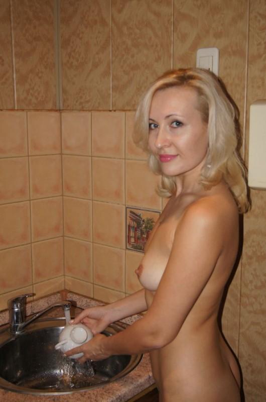 Красивая русская милфа моет посуду голышом