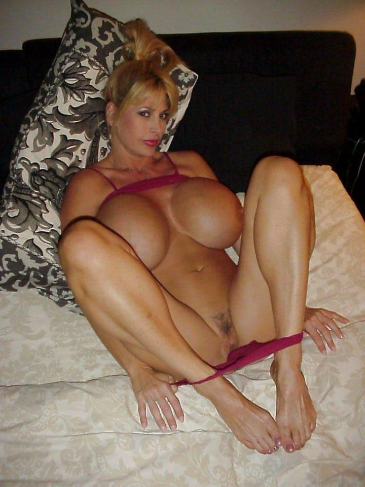 Русская голая милфа с большими сиськами и раздвинутыми ногами лежит на подушке