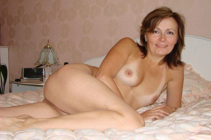 Знойная сексуальная стройная милфа лежит голышом на кровати