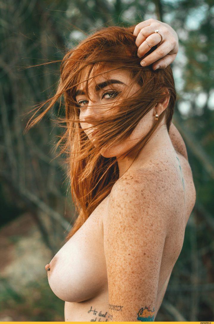 Рыжая девушка с яркими бровями и мелкими веснушками на теле.