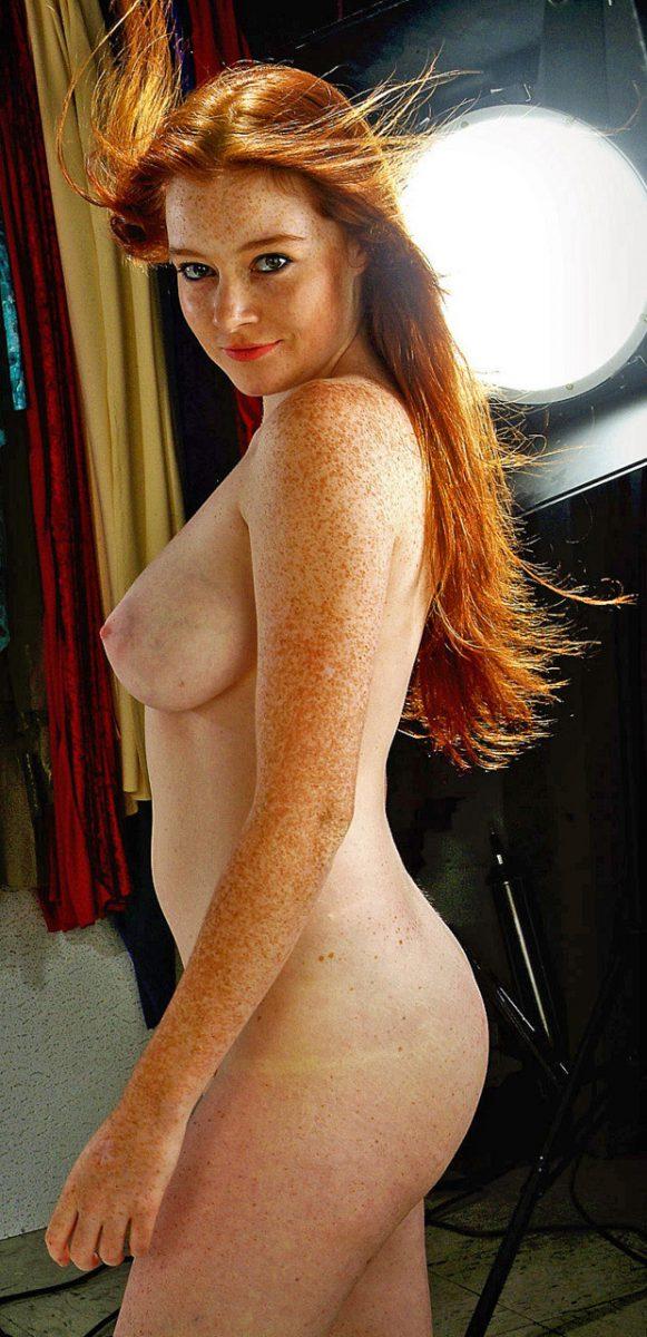 Рыжая девушка обнаженная вся в веснушках.