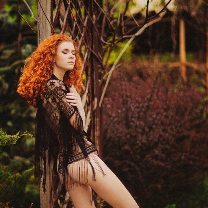 Красивая девушка вышла голая в сад накинув прозрачный платок.