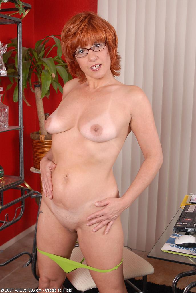 Голая женщина в рыжем парике разделась на камеру.