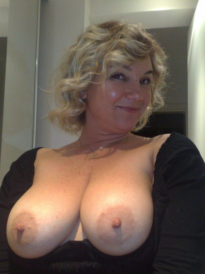 Симпатичная зрелая женщина сняла блузку и показывает свои пышные сиськи