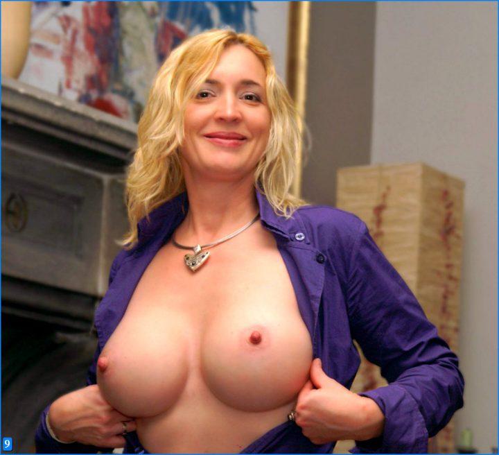 Растрепанная женщина в фиолетовой рубашке с красивой белой грудью