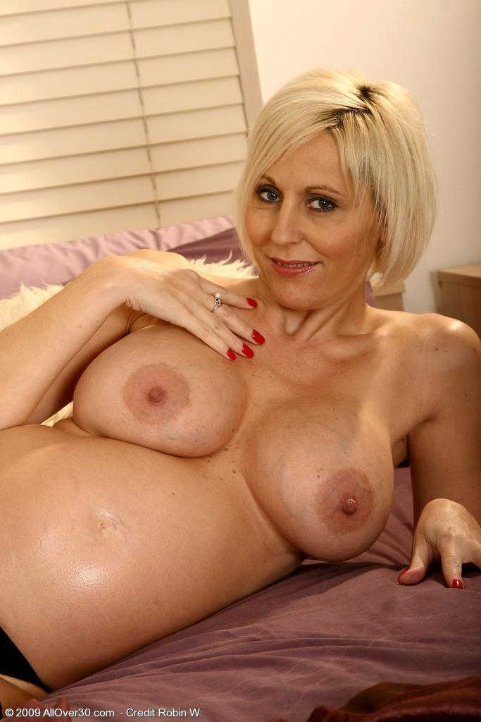 Зрелая милфа любит позировать с голыми сиськами перед камерой