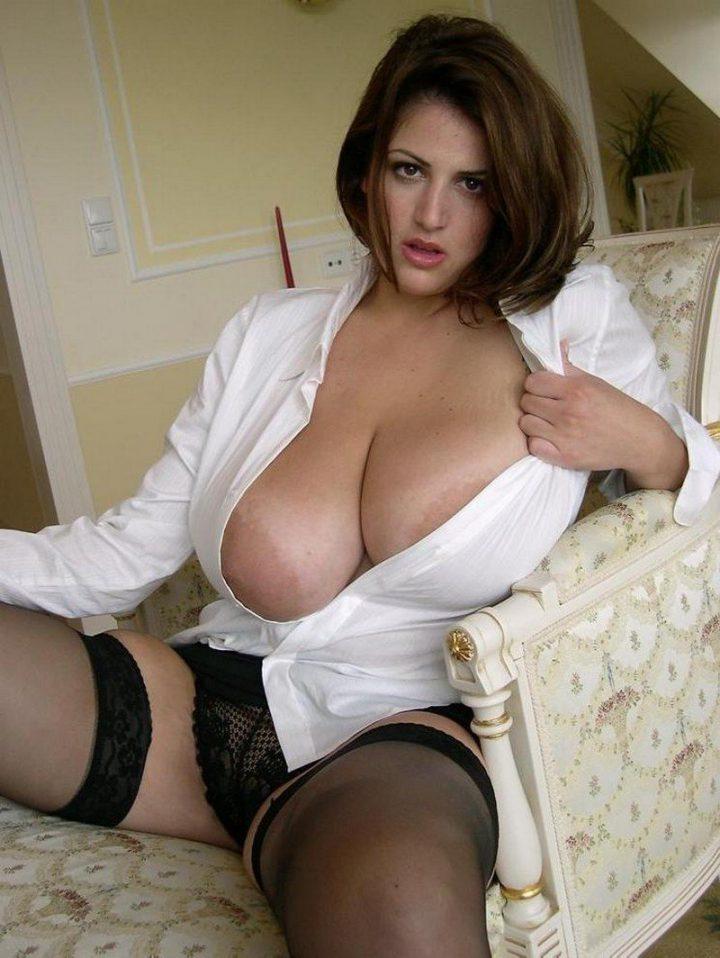 Сексуальная женщина в белой рубашке с очень большими сиськами