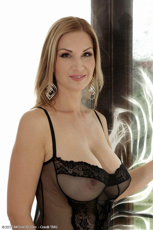 Красивая зрелая женщина с аппетитными формами в прозрачном белье