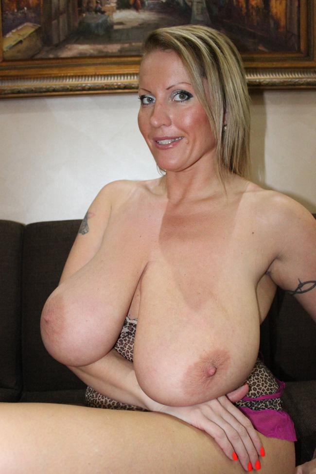 Интересная зрелая женщина с огромными обвисшими сиськами
