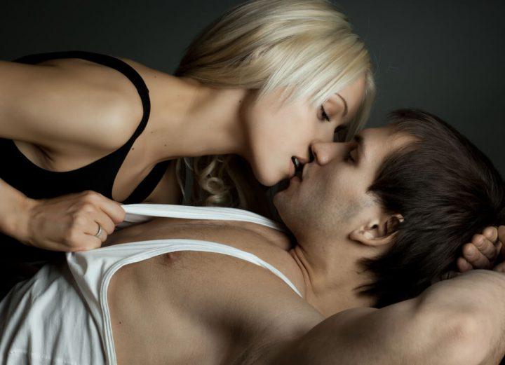 Как возбудить мужчину поцелуями